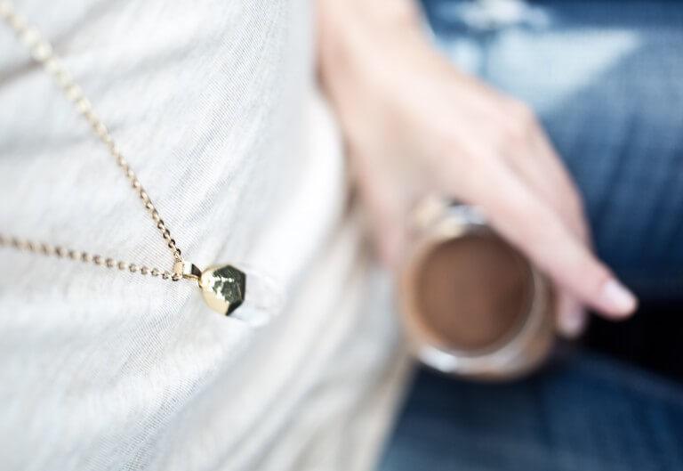 女性が身に着けるネックレスのイメージ