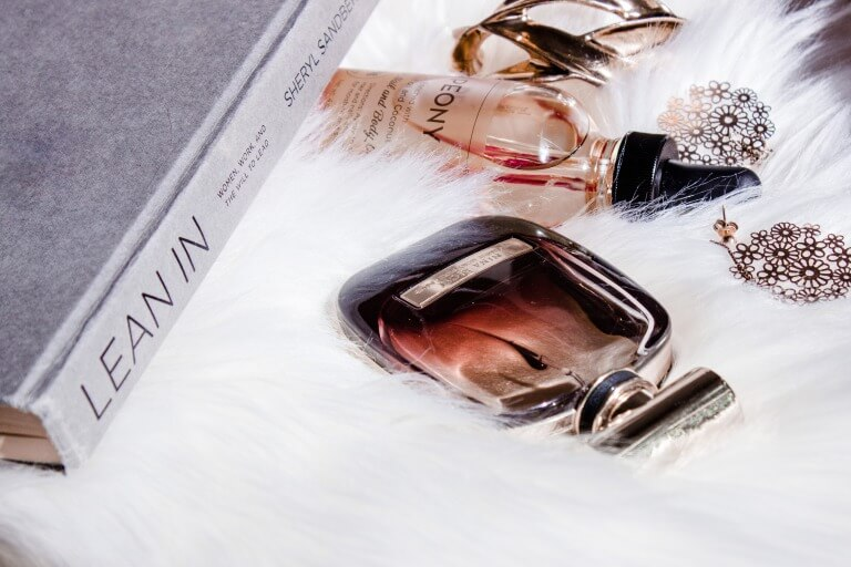 香水のプレゼントのイメージ写真