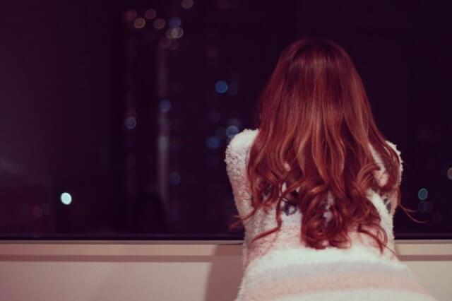 夜景を眺める女性
