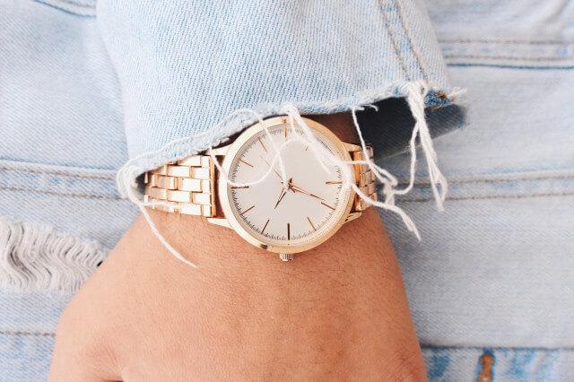 腕時計を着用した女性のイメージ