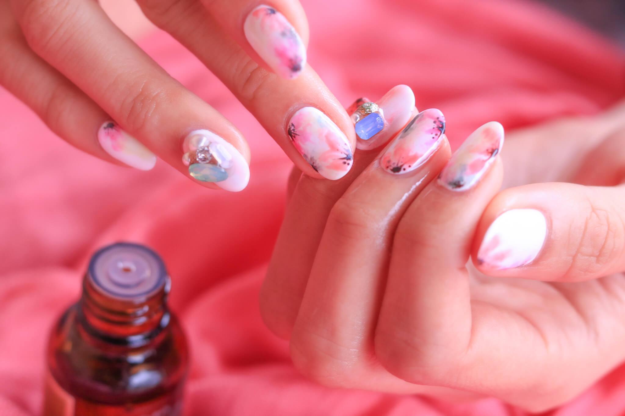 最新美容家電で爪を整える女性