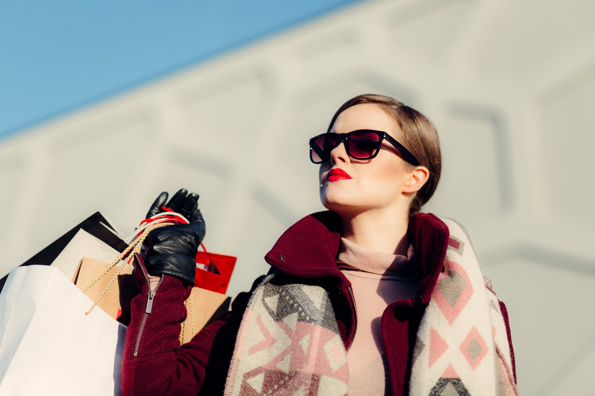 財布を入れたバッグを持つ女性