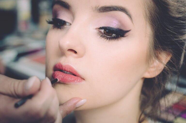 化粧される女性