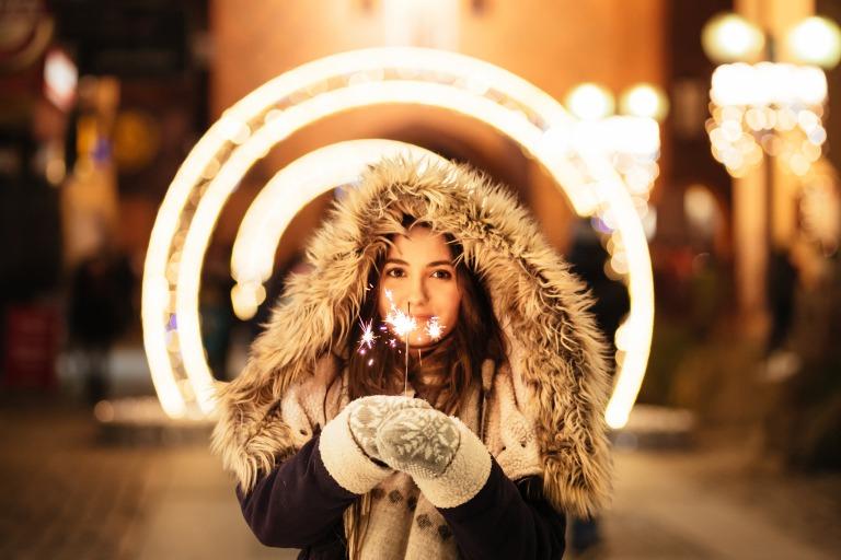 クリスマスで花火を持ってる女