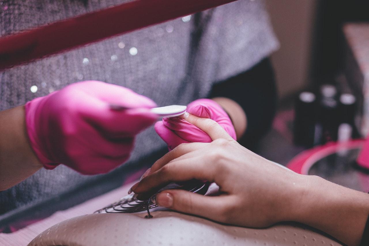 美容家電でネイルをキレイにされている女性