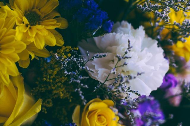 黄色と白と青の花束