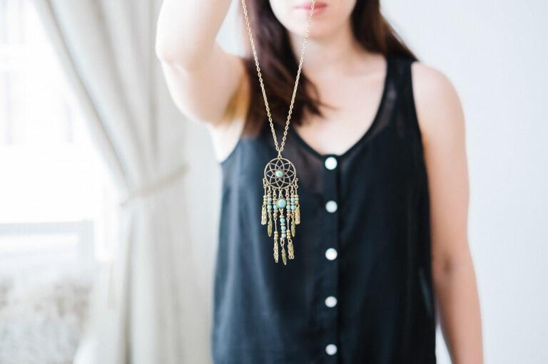 ネックレスを持つ女性