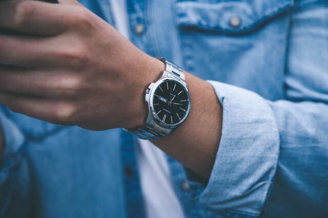 プレゼントにもらった腕時計をしている男性