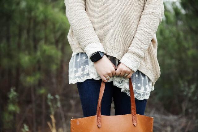 腕時計を身につけた女性