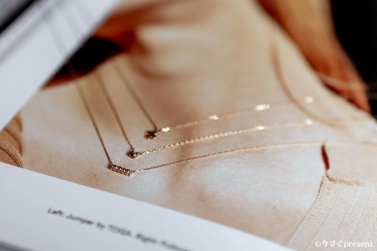 ネックレスを重ね付けしているイメージ