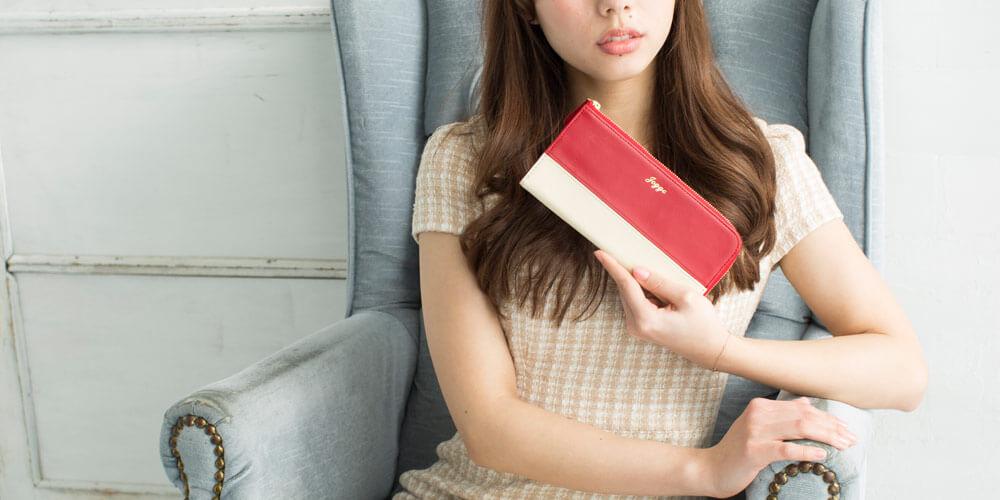 JOGGOの財布を持っている女性