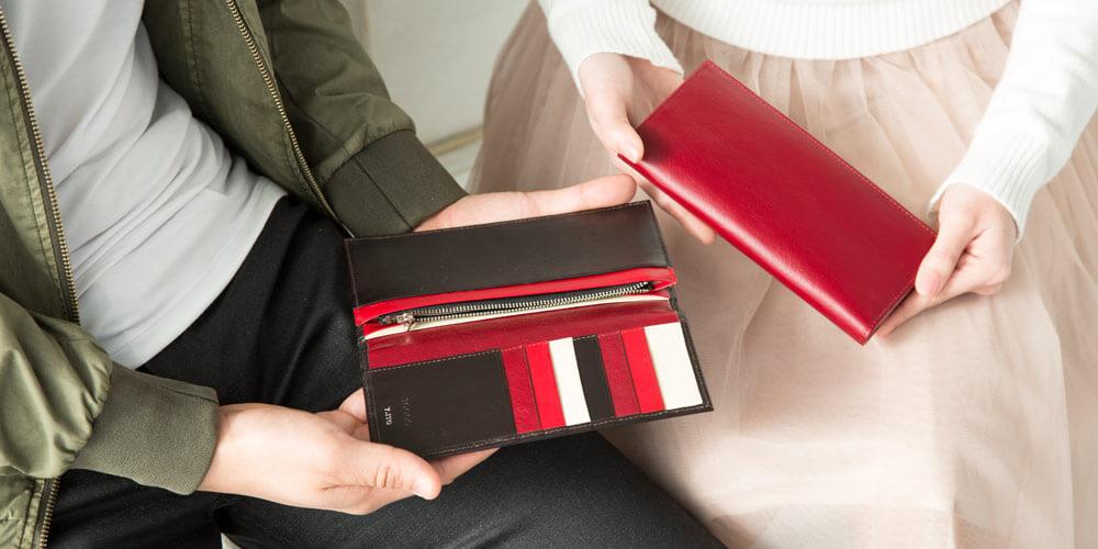 カップルがJOGGOの財布をペアで揃えている画像