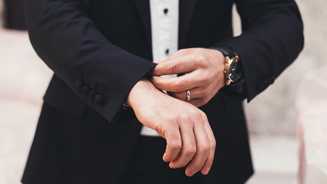 腕時計をしているビジネスマン
