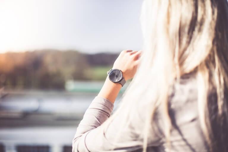 腕時計をしている女性の後姿