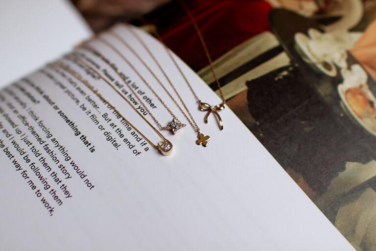 クリスマスに贈るネックレスのイメージ_アイキャッチ