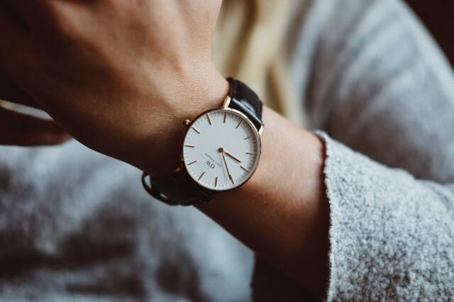 ダニエルウェリントンの腕時計をつけた女性2