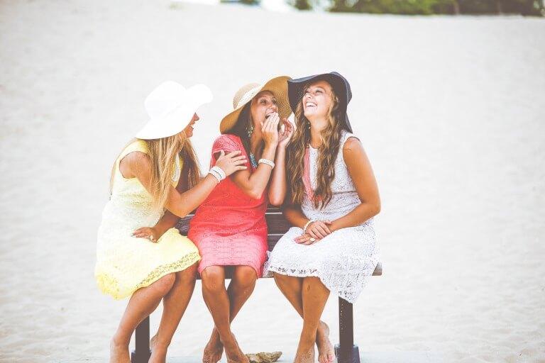 爆笑している3人の女性