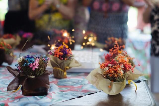 誕生日の食卓と花束