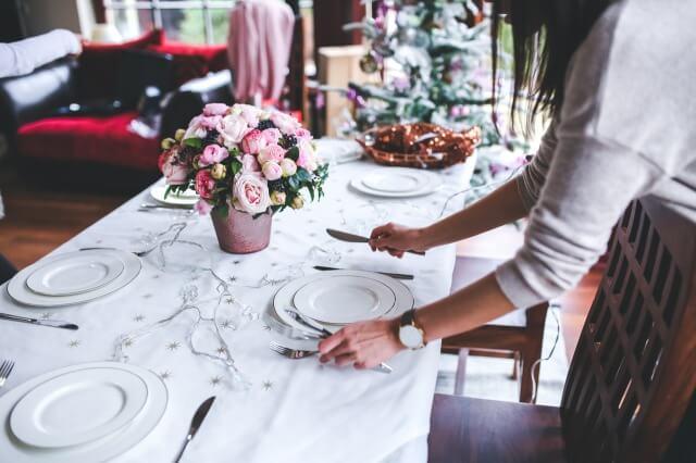 パーティの食卓と花