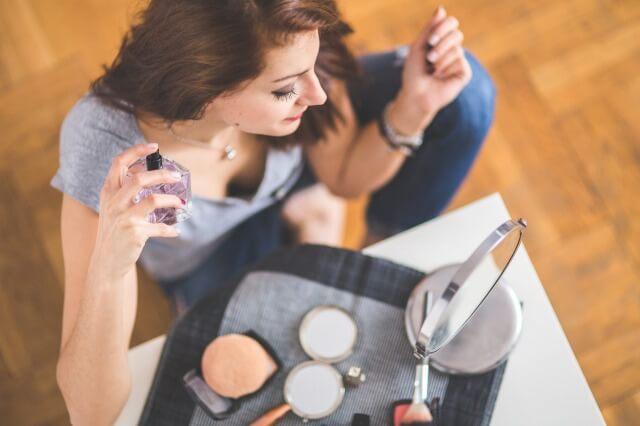 香水をつける匂いフェチな女性