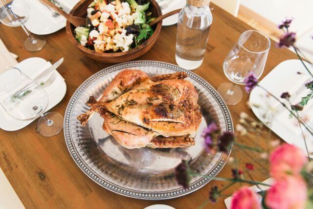 チキンが並ぶ豪華な誕生日の食卓