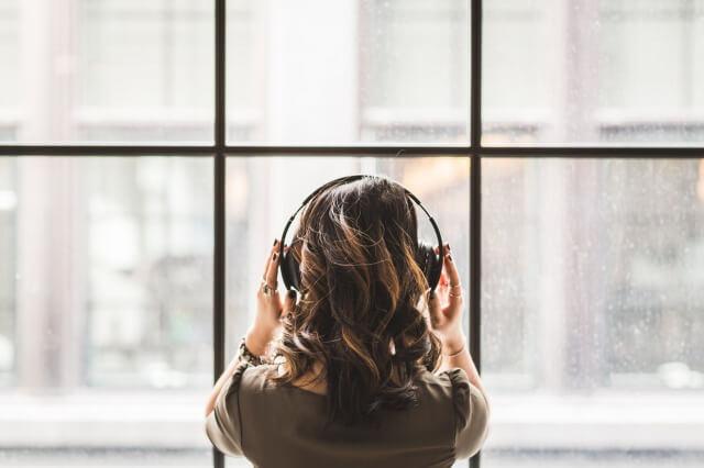 ヘッドフォンをしている音楽好きの女性