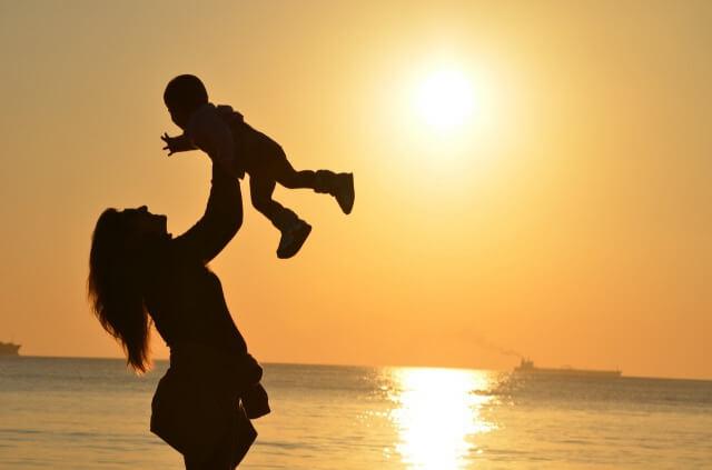出産後育児を頑張る妻と赤ちゃんの写真