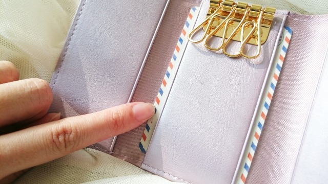 ラムエナメルレザー・キーケース フルール・プティのキンモクセイのキーケースにカードを入れてみた写真