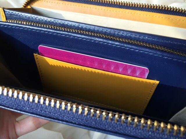 レディースラウンドファスナー財布の小銭入れ横のカードポケット