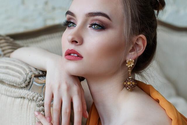 ネジバネ型のイヤリングを身につけた女性