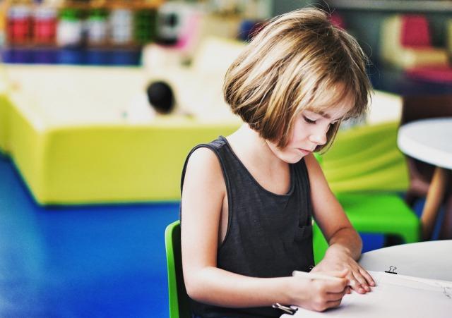 4歳から6歳の幼稚園児がプレゼントをもらって喜ぶ