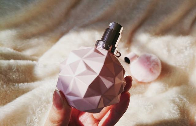 アリアナグランデの香水を手に持った写真