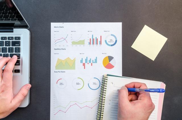 ビジネスの予算や方針を考えている写真
