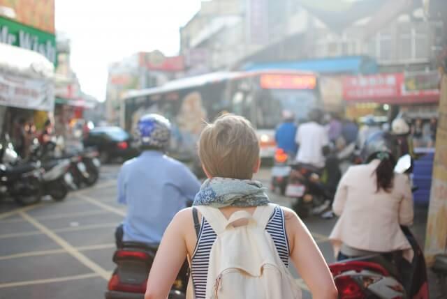 旅行やショッピングが好きな女性の写真
