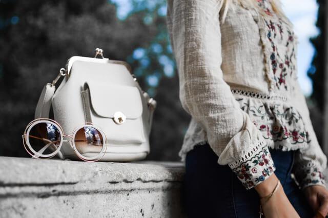 白のバッグと女性