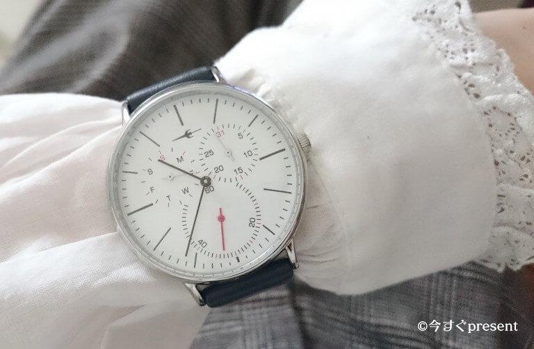 プレゼントにおすすめのトラコンの腕時計を女性がつけてみた写真