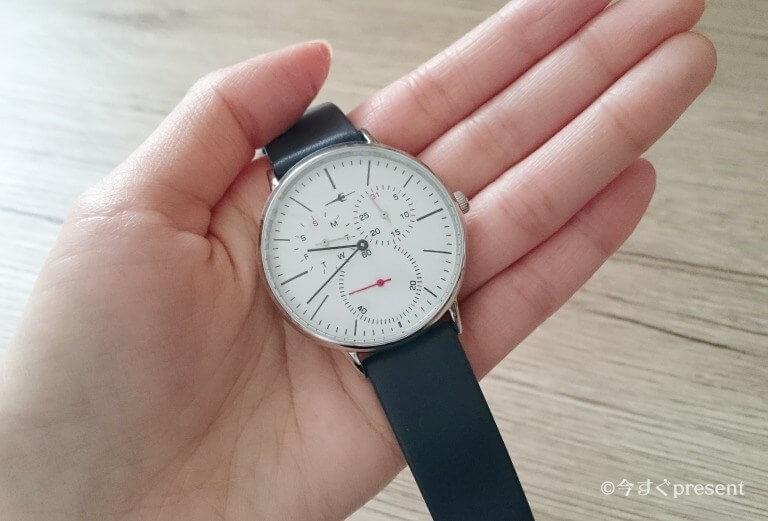 トランスコンチネンツの腕時計を手に取った写真