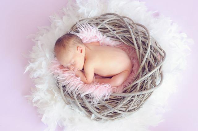 出産祝いのプレゼントで喜ぶ赤ちゃん