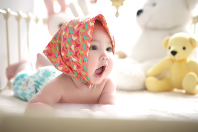 出産祝いのプレゼントを贈ろうと考えている女性・ママの女の子の赤ちゃん
