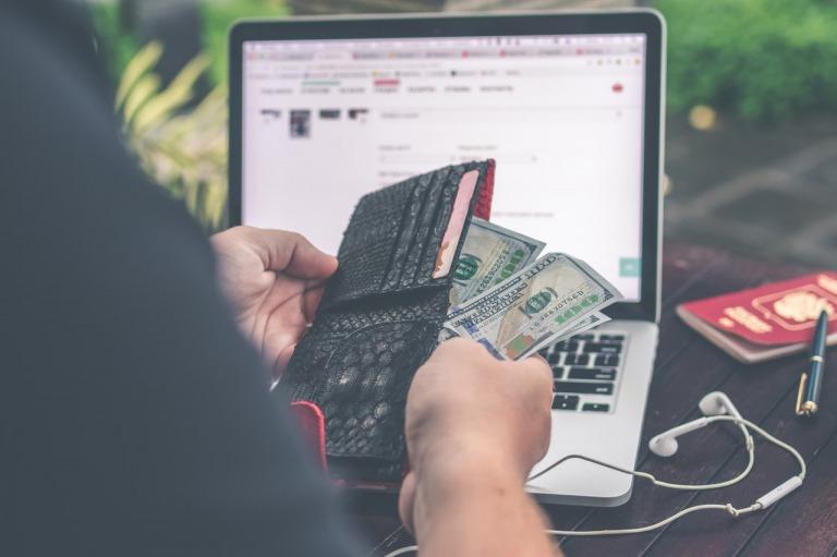 財布マニアの30代男性がプレゼントされたメンズ財布を使っている写真
