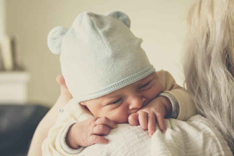 出産祝いのプレゼントを貰って喜ぶママと赤ちゃん