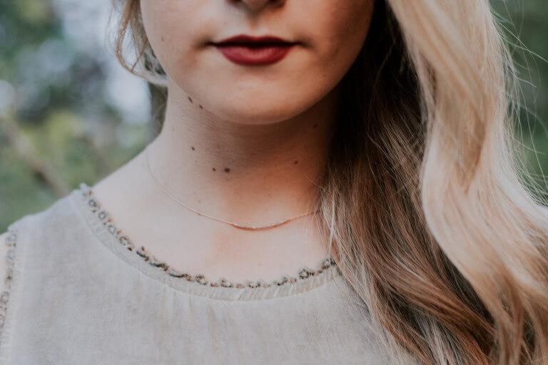 プチプラのネックレスを身につけた女の子のイメージ