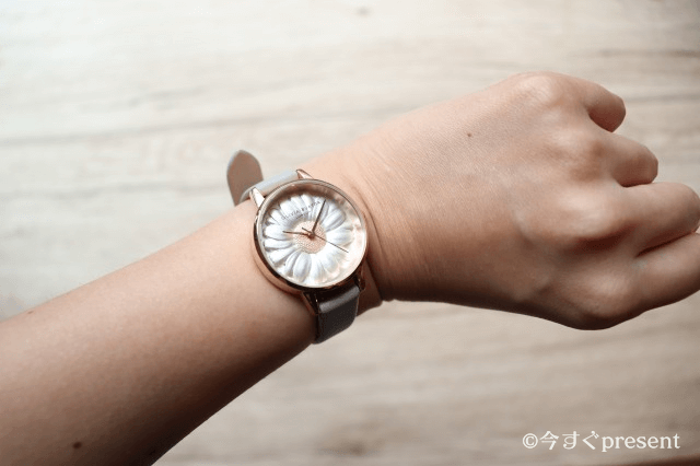 オリビアバートンの腕時計をはめている画像