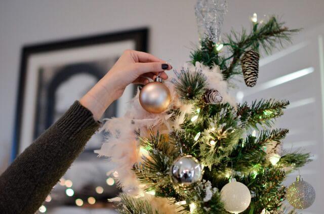 クリスマスツリーを飾る奥さん