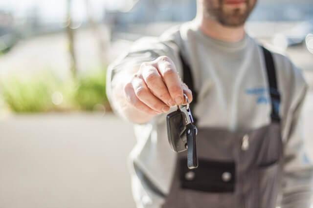 鍵を持つ男性