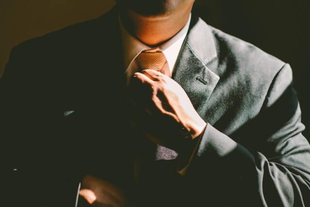 ネクタイを締める彼氏