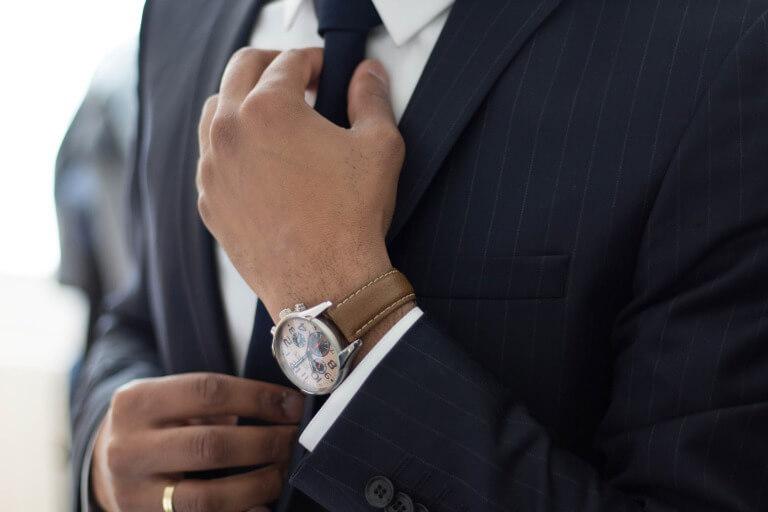 ネクタイを締める男性のイメージ