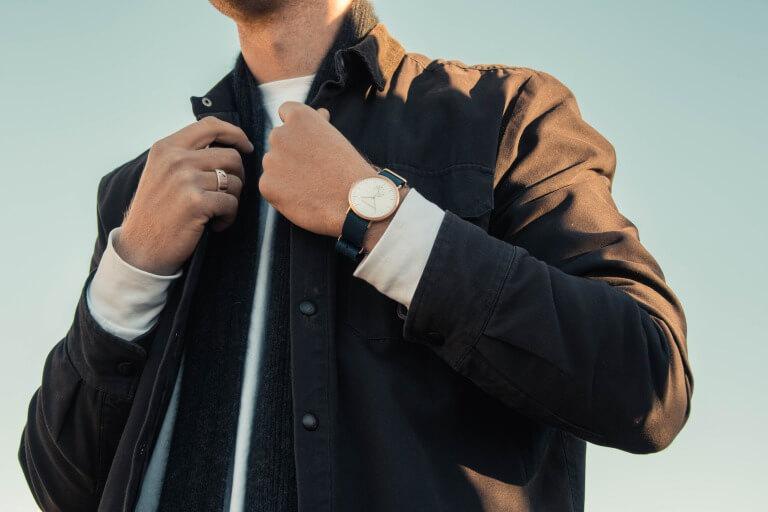 腕時計を身に着けた男性