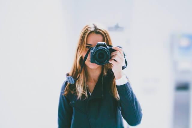 写真を撮る彼女