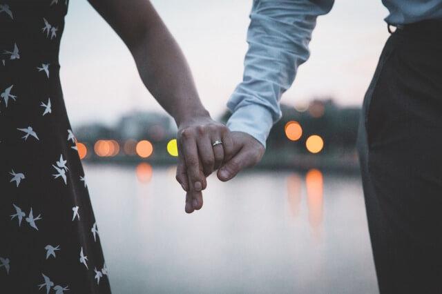 指輪をプレゼントしたカップル